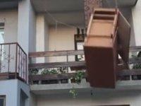 Balkondan Dolabı Düşüren Kafadarlar