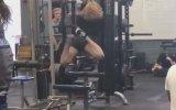 Spor Salonunda Ayakları Yerden Kesilen Kız