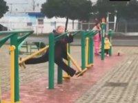 Belediyenin Spor Aletlerinde Şpagat Çalışan Teyze