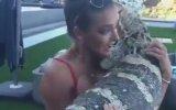 Bikinili Güzelin Dev Kertenkele ile İmtihanı