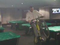 Bilardo Salonunda Bisiklet Sürülmeyeceğini Öğrenen Adam