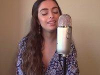 70'lerin 'Loving You' Şarkısını Hakkıyla Cover'layan Kız