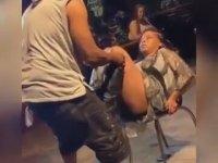 Mendebur Suratlı Kızı Sandalyeden Düşüren Dansçı