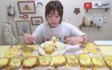 Tek Oturuşta 5000 Kalorilik Yemek Yiyen Asyalı Kız