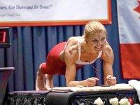 4 Saat 20 Dakika Plank Pozisyonunda Duran Yoga Eğitmeni
