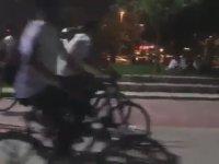 Kartal Sahilinde Tekbir Getirerek Bisiklet Süren Grup