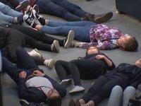 Alman Meclisi'nde Ölü Taklidi Yaparak Protesto Gerçekleştiren Gençler