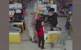 Markette Kadının Yere Düşürdüğü Parayı Cebe Atan Adam