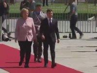 Merkel'in Resmi Törende Titremesi