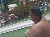 Su Kaydırağından Havuza Süzülen Şişman Adam