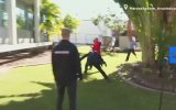 Avustralyalı Emniyet Görevlisinin Basın Bildirisi Sırasında Kaçan Zanlıya Müdahale Etmesi