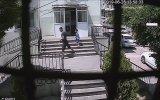 Çocuğun Elindeki Cep Telefonuna Göz Diken Hırsız