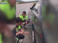Kadın Sürücünün Lastiğini Değiştiren Trafik Polisleri