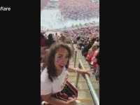 Konserde Dans Eden Kızın Seyircilerin Üstüne Düşmesi