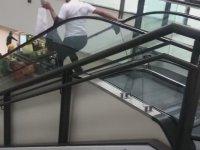 Merdivenlerden Yuvarlanan Güvenlik Görevlisi
