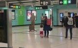 Metro İstasyonunda Millete Saran Domuz