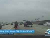 Otoyolun Ortasında Yürüyen Adam