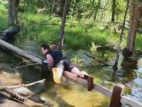 Suya Düşmesi Kaçınılmaz Olan Genç