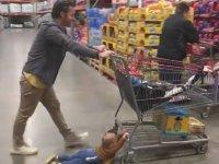 Alışveriş Arabası ile Sürüklenen Ufaklık