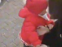 Kuşa Ekmeğini Kaptırmayan Bebek
