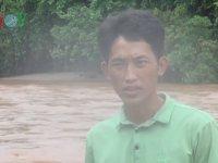 Vietnam'da Torba İçinde Nehirden Geçerek Okula Giden Öğrenciler