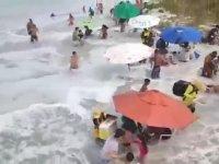 Plajı Yutan Dev Dalga