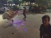 Modifiyeli Kağıt Toplama Arabası ile Drift Atan Çocuk