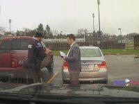 Öğrencinin Kravatını Bağlamasına Yardım Eden Polis