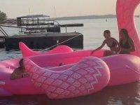 Şişme Flamingoya Sığır Gibi Atlayan Kız