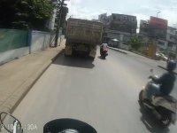 Kamyondan Dökülen Kumlar Yüzünden Düşen Motosikletli