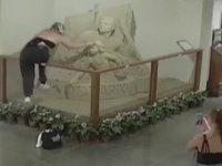 Otel Lobisindeki Kumdan Heykeli Tahrip Eden Kız