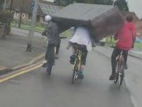 Organize Bir Şekilde Koltuk Taşıyan Bisikletli Gençler
