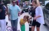 Şeyma Subaşı'nın Kızını Sokakta Deniz Kızı Kıyafetiyle Dolaştırması