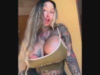 Göğüsleriyle Şaşı Eden Kadın