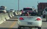 Araba Kullanırken Dambıl ile Kas Çalışan Sürücü