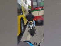 Kıvırtarak Otobüslerin Arasından Sıyrılan Motosikletli