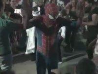 Roman Havasında Döktüren Spiderman