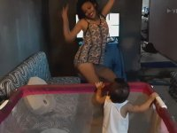 Bebeği Dansıyla Oyalayan Bakıcı