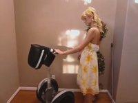 Cincir ile Temizlik Yapan Paris Hilton'un Yere Kapaklanması