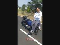 Kendi Halinde Giden Motosikletin Arkasında Seyehat Eden Adam
