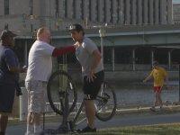 Bisiklete Testis Sıkıştırma Şakası