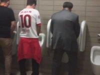 Dursun Özbek'in Tuvalette Taraftarla Transfer Pazarlığı