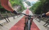 Çin'deki Cennet Kapısı Merdivenlerinden Bisikletle İnen Manyak