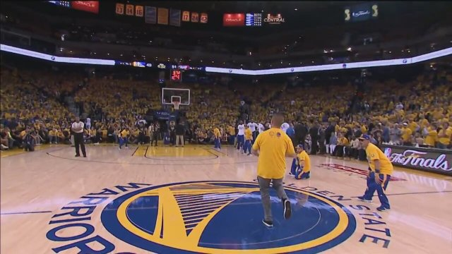 Orta Sahadan Basket Atıp Araba Kazanan Taraftar - Video - Alkışlarla Yaşıyorum
