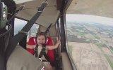 Babası ile Akrobatik Bir Uçuş Yapan Çocuğun Eğlenceli Anları