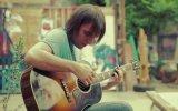 Michael Jackson'ın Beat It Şarkısını Gitarla Çalan Adam