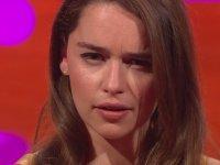Cara Delevingne ve Emilia Clarke'den Çılgın Kaş Gösterisi