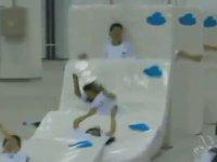 Çin'de Yatak ve İnsanlardan Yapılan Domino