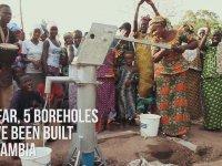 Koşuculara Taşıdığı Su Şişesiyle Eşlik Eden Kadın