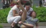 Terk Edilen Çinli Kızın Kendini Yerden Yere Atması